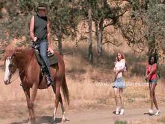 At kadın, Bağlamak