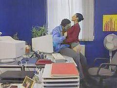 Se mete, Ella in, Secretaria en la oficina