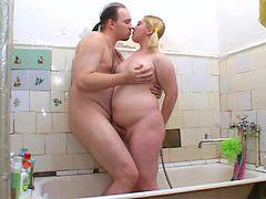 Se mete, Ella in, En el baño, En el baño, En el bano